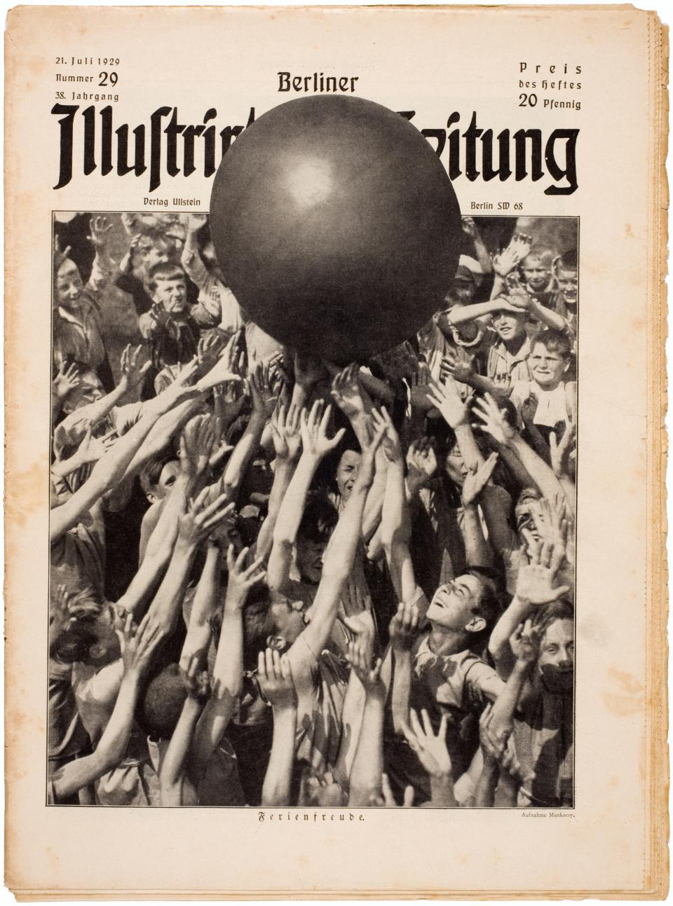 Berliner Illustrirte Zeitung, July 21, 1929, cover photograph by Martin Munkasci. Courtesy International Center of Photography