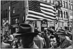 Elliott Erwitt, Crowd at Armistice Day Parade, Pittsburgh, November 1950. © Elliott Erwitt/Magnum Photos.